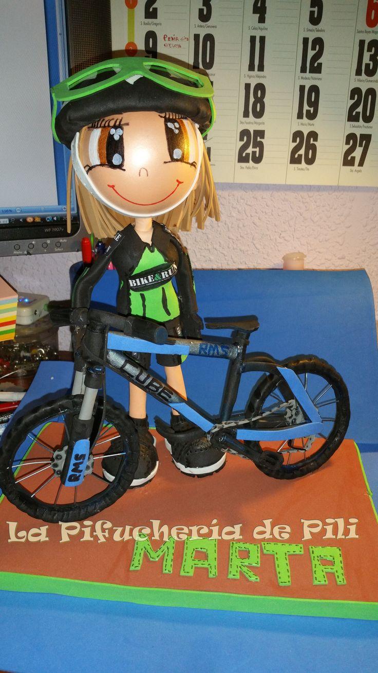 Fofucha ciclista Marta Marta lleva el cuerpo tallado, bicicleta de la marca Cube, casco y gafas personalizados y al igual que Juan y Álvaro la el maillot y las mallas del equipo