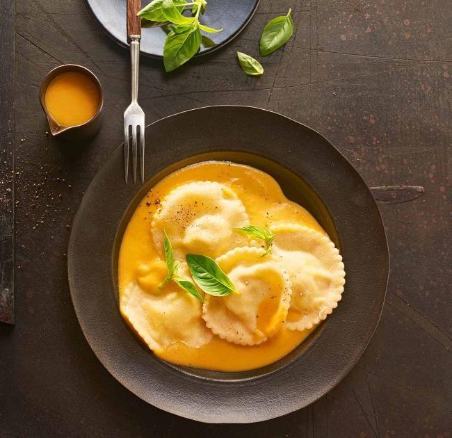 Unser gelingsicheres Thermomix ® Rezept für Ravioli mit Ricotta-Füllung und Kürbissauce! Weitere kostenlose, genussvolle Rezepte auf essen-und-trinken.de