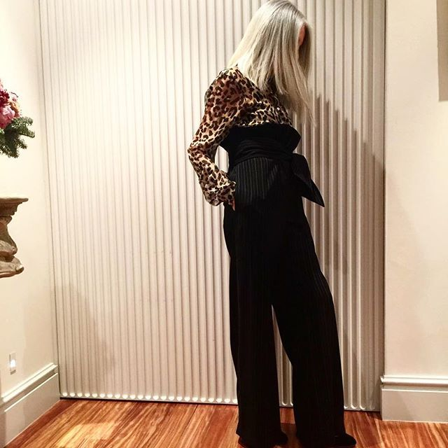 About tonight..! Un post rápido, espontáneo y en el que el protagonista es mi outfit y mi pelo en movimiento..! El pantalón de raya diplomática, ancho y de talle alto, me pareció una pieza maravillosa de @malne_official  con inspiración en los años dorados de Hollywood y hoy he pensado que con una camisa de gasa animal print no seria tan claramente un revival ..! Ni yo pretendo ser Catherine Hepburn!! Cómoda, clasica? o muy contemporánea?…