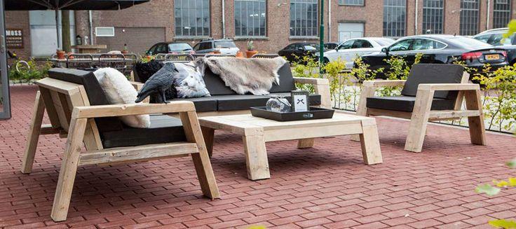 Lounge sets gemaakt van gerecycled pallethout. Met het liefst witte sky lederen kussens.