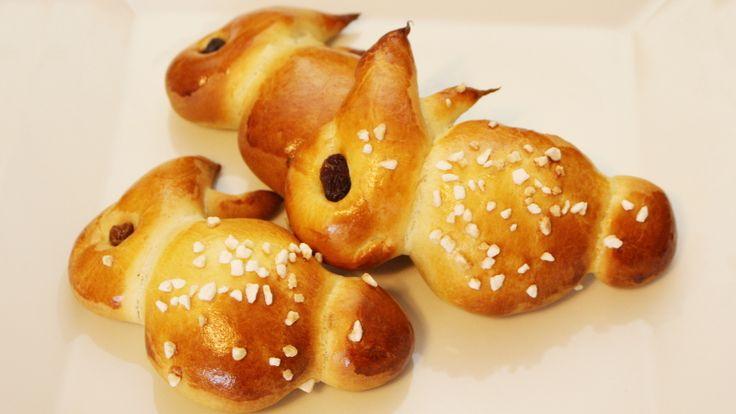 Ostern steht vor der Tür. Aus der Osterbäckerei möchte ich dir als nächstes auch noch etwas wirklich einfaches zum Nachbacken zeigen. Osterhasen aus einen einfachen, unechten Briocheteig kannst du gleich mit mir MITBACKEN für zwölf Osterhasen (18 Teiglinge) brauchst du folgendes: 400 g Weizenmehl 135 ml Milch 2 Eier 130 g Butter 45 g Zucker …