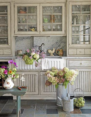 : Kitchens Design, Cabinets Colors, Shabby Chic Kitchens, Glasses Cabinets, Farmhouse Sinks, French Country Kitchens, Kitchens Cabinets, Flower, White Kitchens