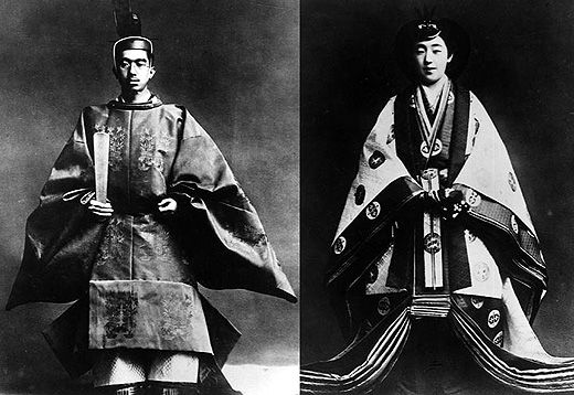 Historical Reference: Emperor and Empress of the Showa era, at the coronation ceremony 1926. 昭和天皇と皇后の即位式(1926年):天皇は束帯を、皇后は十二単を着ている。