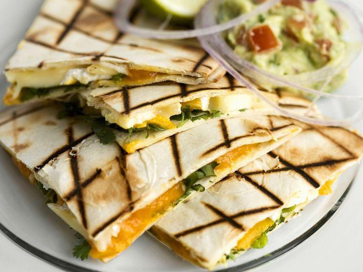 Tortillas mit Mango und Brie dazu Avocadodip | Zeit: 30 Min. | http://eatsmarter.de/rezepte/tortillas-mit-mango-und-brie-dazu-avocadodip