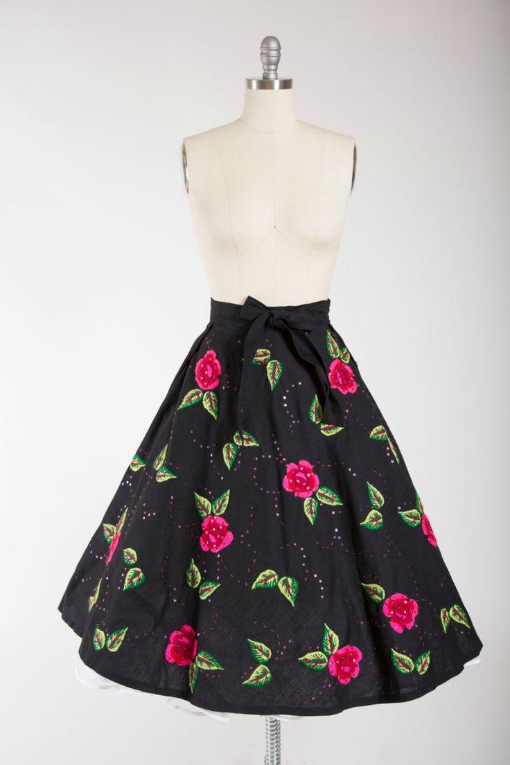 jaren 1950 vintage rok in een stevige zwarte katoenen met vet geborduurde rozen…