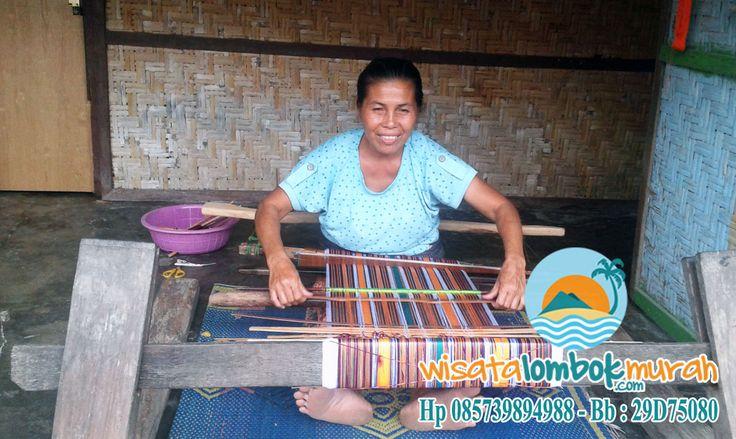 Desa Sukarara Lombok terkenal sebagai penghasil Kain Tenun tradisional Pulau Lombok. Kehidupan penduduknya mayoritas dilewatkan dengan mengoperasikan alat tenun. Alat tenun ini juga merupakan alat tradisional, yang dibuat dari kayu dengan sistem yang sederhana. Info lebih lengkap kunjungi http://wisatalombokmurah.com/berlibur-di-desa-sukarara-lombok/ dan pastikan wisata bersama wisatalombokurah.com ya guys ;)  #desasukarara #desasukararalombok #lombok #wisatadilombok