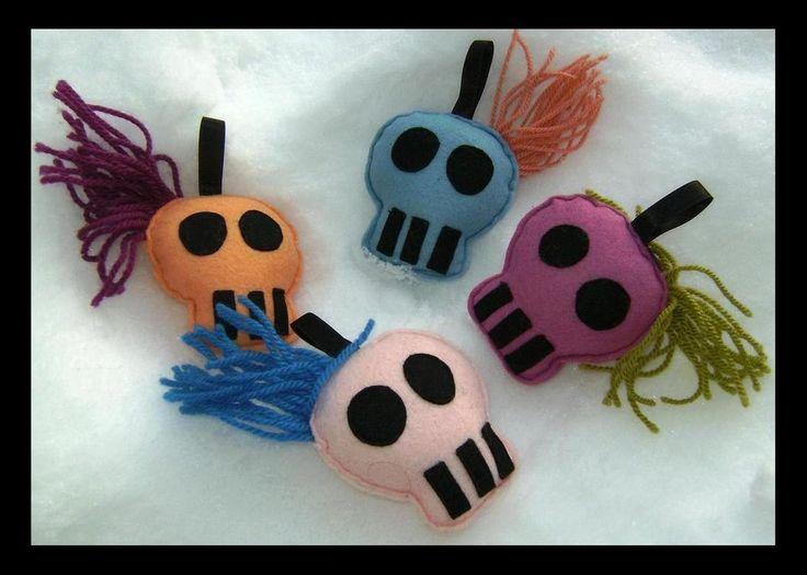 kleine zelfgemaakte skull ornamentjes van vilt (door Sheila)