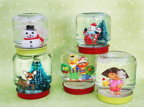 Fabriquer une boule à neige Penser à rajouter une cc de glycérine dans chaque pot pour que les paillettes tombent lentement