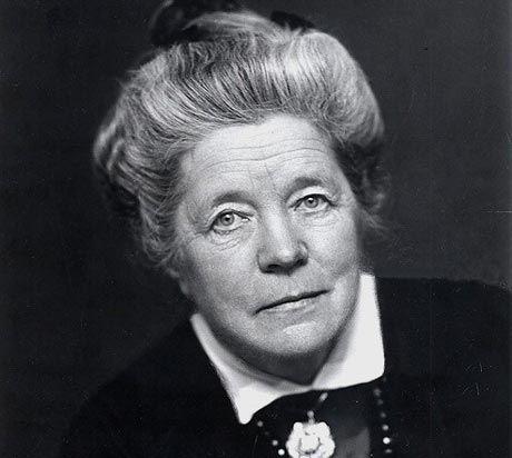 Selma Ottilia Lovisa Lagerlöf (Mårbacka, 20 novembre 1858 – 16 marzo 1940) Prima donna a ricevere il Premio Nobel per la Letteratura. « Per l'elevato idealismo, la vivida immaginazione e la percezione spirituale che caratterizzano le sue opere »  (Motivazione del Premio Nobel 1909)