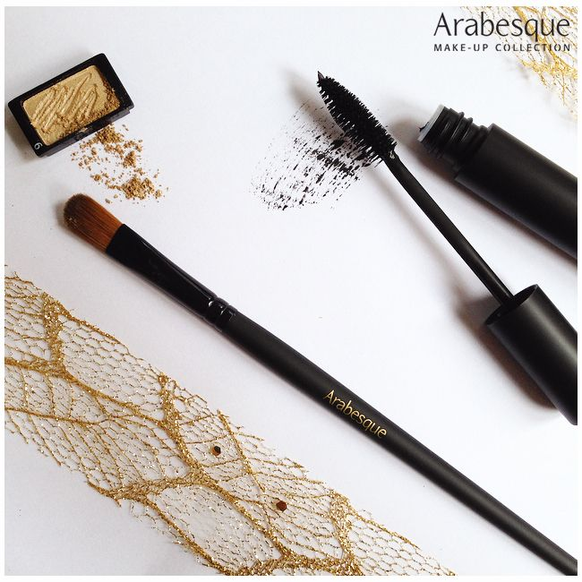 ARABESQUE Maximum Volume Mascara Die Kombination aus Volumenbildnern und der speziellen Volumen-Bürste garantiert intensive Farbabgabe und hohe Deckkraft. #arabesque #makeup #mascara #eyeshadow #lidschatten #powder #wimperntusche #gold