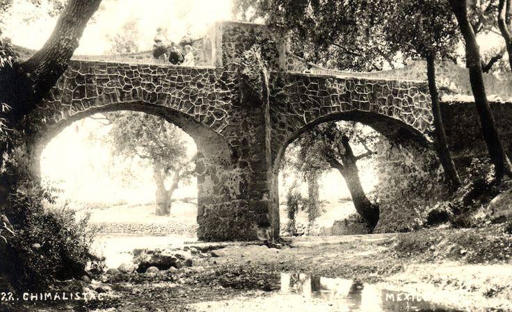 El Puente de Oxtopulco, en Chimalistac, a inicios del siglo pasado. Esta estructura era uno de los límites del colegio carmelita de San Ángel, edificado en la primera mitad del siglo XVII, y atravesaba el Río Magdalena; con el entubamiento de este cauce en los años sesenta, el puente se conservó aunque quedó parcialmente enterrado en el camellón del Paseo del Río. En la actualidad es uno de los atractivos del rumbo, fuente de diversas leyendas.