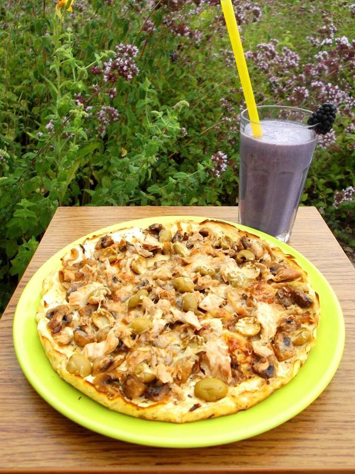 Túró alapú fitnesz pizza RECEPT: Hozzávalók: • 25 dkg zsírszegény túró • 1 db M-es tojás • 1,5 ek. 12%-os tejföl • 4 ek. zabpehelyliszt (Szafi Fitt zabliszt ITT!) (Szafi Fitt gluténmentes zabpehelyliszt ITT!) • himalaya só (ezt használtam) • oregánó Elkészítés: A hozzávalókat össze