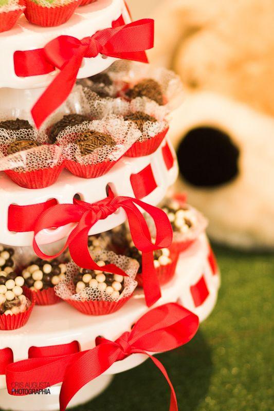 A festa de aniversário da Gabi teve cachorrinhos como tema, a decoração foi feita pela mamãe e ficou lindíssima!
