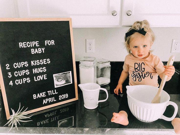 Zwangerschaps aankondiging met kind en letterbord netvlies grappiger tekst