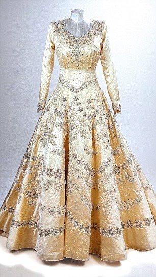 HM Queen Elizabeth's wedding dress - so unbelievably stunning :-)