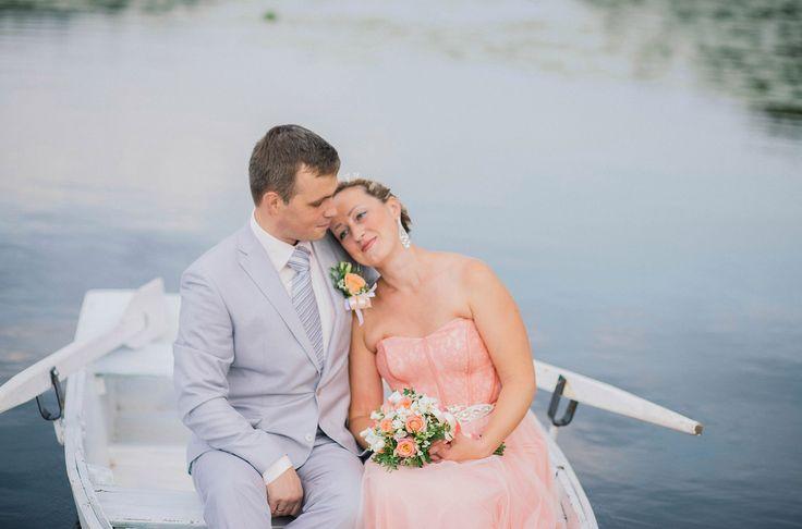 Жених и невеста катаются на лодке по озеру