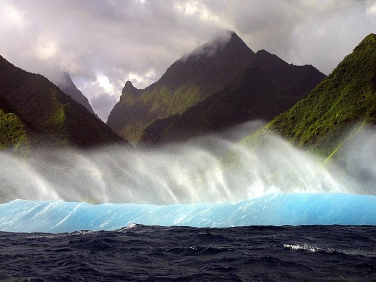 #Polynesie #Tahiti . Véritable synonyme de paradis terrestre, Tahiti est la plus grande des cinq archipels de la Polynésie Française et fait partie du groupe des îles du Vent. Entourée de sublimes eaux outremer, cette île tropicale du Pacifique est bordée par une immense barrière de corail et de merveilleux lagons turquoise. Tahiti est une île haute et montagneuse dont le plus haut sommet est son volcan, l'Orohena, qui culmine à 2241 m. http://vp.etr.im/a0d4
