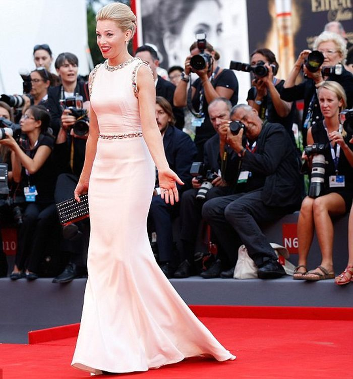 A red carpet show is definitely wonderful for Elizabeth Banks, 41, and hold on to her naturally art in the 72nd Venice Film Festival is proof to all the positively argument. Well, the selecting of dress is prepared to set us all to do right for watching the real feminism, because the Pittsfield born kept her glamorizing in a white gown by Dolce & Gabbana design (Buy) at Venice, Italy on Wednesday night, September 2, 2015.