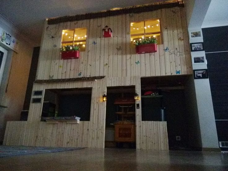 Matériel : – KURA, Lit réversible, Blanc, Pin (802.538.09) – TROFAST, Structure, pin teinté blanc clair pin (603.086.95) – Bois – Accessoires Description : Ce lit cabane est construit avec des tonnes de bois et sans plan ! Mesurez, sciez et assemblez le cadre pour la façade. Ensuite fermez le avec des planches de bois. Nous avons ajouté la structure TROFAST et nous l'avons recouvert avec des planches de bois afin de faire un escalier pour l'étage supérieur. Les accessoires ont été achetés…
