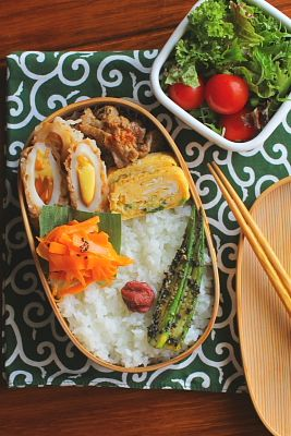 白米 スモークチーズ入りちくわの天ぷら 青葱とじゃこ入り卵焼き 豚肉の南蛮焼き 人参の塩炒め おくらの胡麻和え サラダ