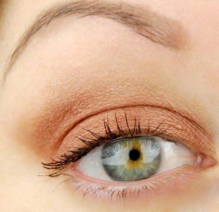 MAC Cosmetics Antiqued Veluxe Pearl eyeshadow pro pan look
