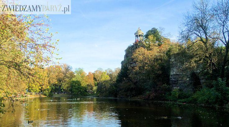 Park Buttes Chaumont z krętymi alejkami, tajemniczym jeziorem oraz dziką przyrodą często uważany jest za najładniejszy park w Paryżu. To