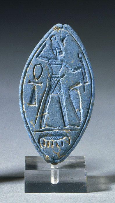 """Perle avec """"dieu guerrier"""" Bronze récent (XIIIe siècle avant J.-C.) Ras Shamra (port de Minet el-Beida) Fritte bleue dite """"bleu égyptien"""" (céramique siliceuse sans glaçure)"""