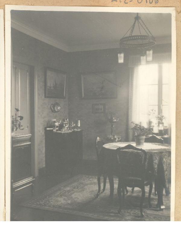 Comedor de la vivienda ubicada en calle O'Higgins 424, Punta Arenas [de propiedad de Jesús Veiga], mediados del siglo XX.