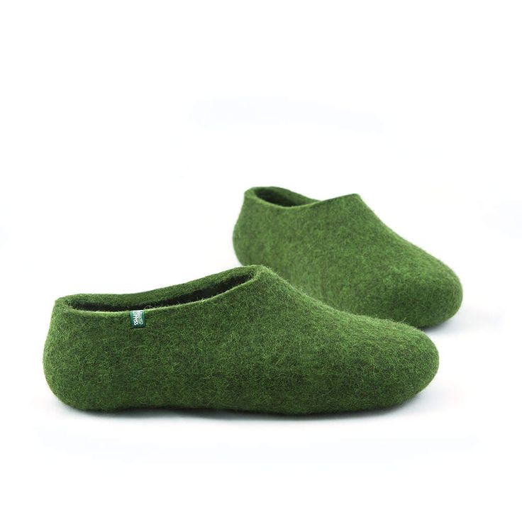 Green felt slippers handcrafted in 100% sheep wool. These ecological woolen slippers make a perfect gift since they are light, warm and healthy. by Wooppers #wool #felt