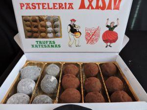 Caja de Trufas Surtidas de Txistu Pastelería, asociada a www.apanymantel.com y que nos cubre Vitoria-Gasteiz a domicilio.