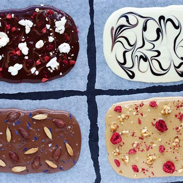 Må vi have lov at foreslå chokoladebruddene her, hvis det skal gå hurtigt med den hjemmelavede fredagsslik? Opskrift og fremgangsmåde finder I i magasin 1 (bestil det på lækkerier.com- link i bio) #hjemmelavetslik #fredagsslik #slik #chokolade #gørdetselv #lækkerier #nemtoghurtigt  af @majachocolat