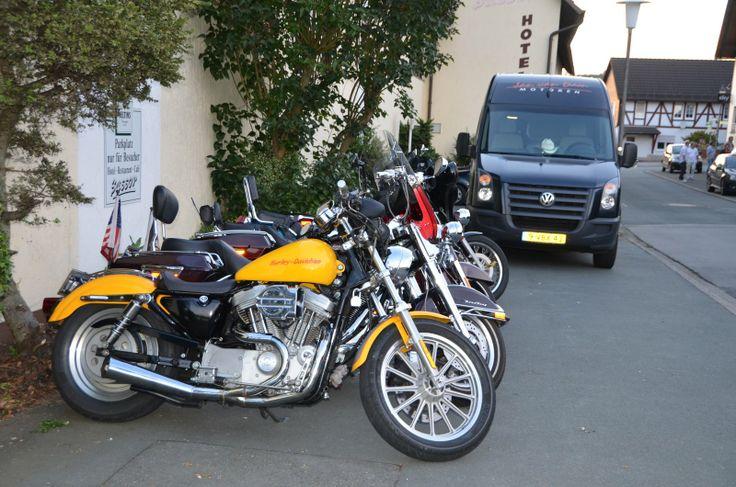 Harleys auf dem Hotel Sassor Parkplatz