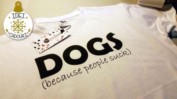 De Craciun, alege un tricou cu un mesaj pentru iubitorii de animale precum acesta: Dogs, because people suck