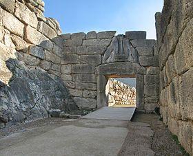 La porte des Lionnes à MYCENES, cité d'AGAMEMNON, constitue l'entrée principale. Elle est formée d'un trilithe au linteau énorme surmonté d'un triangle de décharge à encorbellement obturé par une plaque sculptée représentant deux lionnes dressées de part et d'autre d'une colonne à chapiteau. L'ensemble est datable de -1250. Une seconde porte ou « poterne » s'ouvre au nord de l'enceinte, elle aussi constituée d'un trilithe, mais plus petite et sans décor sculpté.