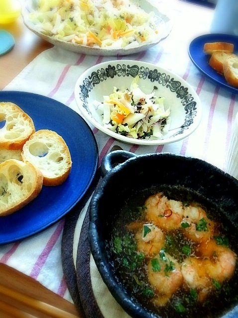 我が家で友達と女子ご飯♥海老のガーリックオイル煮は、トーストしたバゲットにつけて食べると、んもー幸せが広がります。オリーブオイルは全然油っぽくなくてむしろさっぱりした感じです。 - 16件のもぐもぐ - 海老のガーリックオイル煮 白菜とりんごとくるみのサラダ by ヤマモトショウコ