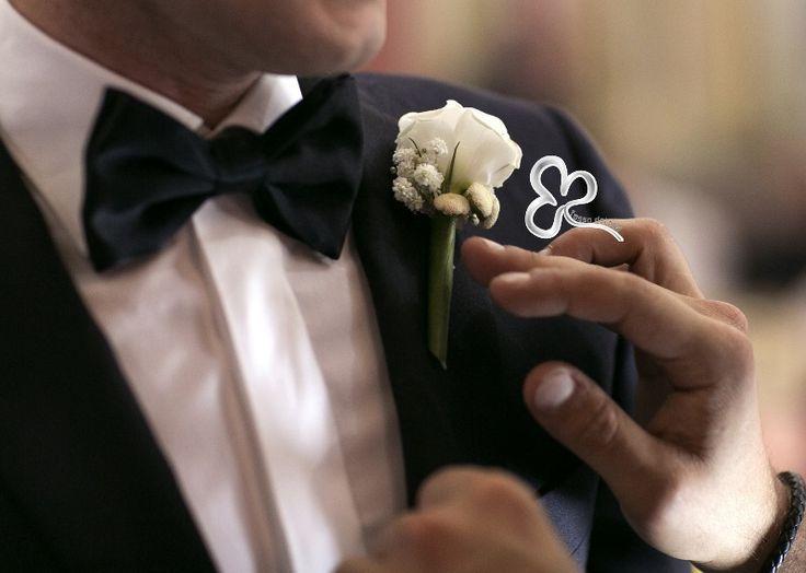 Un elemento distintivo di grande fascino ed eleganza è la bottoniera sposo che verrà appuntata sul bavero sinistro della giacca dello sposo, vicino al cuore