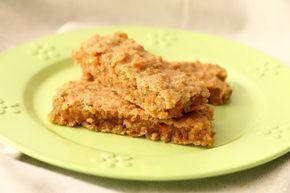 BLW-Rezept für Karotten-Haferriegel für Babys ab 6 Monaten. Weiche Müsliriegel mit Möhren, Apfelmus und Haferflocken. Fingerfood, Baby led weaning Snacks.