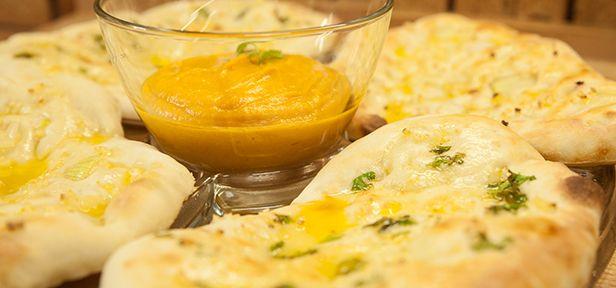"""Fluffiges Naan -   Yasmin von """"Yasilicious"""" hat malaysische Wurzeln. Die malaysische Küche wiederum ist von der indischen Küche inspiriert und beeinflusst. Ein Klassiker ist das so genannte Naan-Brot - bei Yasmin am liebsten in der Knoblauch-Butter-Variante: Garlic-Butter-Naan."""