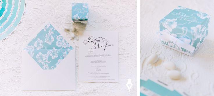 Προσκλητήριο γάμου με λουλούδια και φάκελο με φόδρα. #προσκλητήριο #γάμου #λουλούδια #μοντέρνο #φόδρα #wedding #invitation #floral #linen #envelope #stationery #favorbox