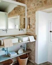Pared de piedra en el baño