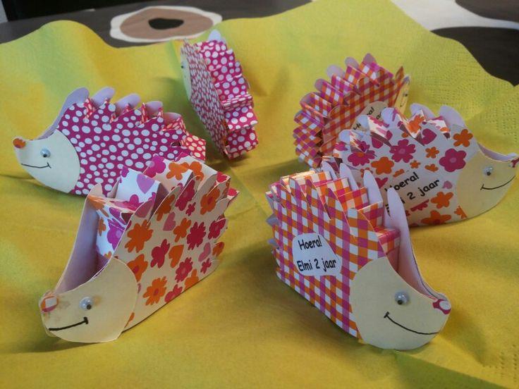 Traktatie kinderdagverblijf rozijnendoosjes versierd als egeltjes