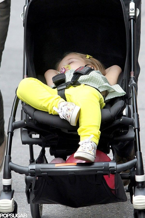 Ngộ nghĩnh cảnh Harper Seven Beckham gác chân, vắt tay ngủ như... người lớn 2