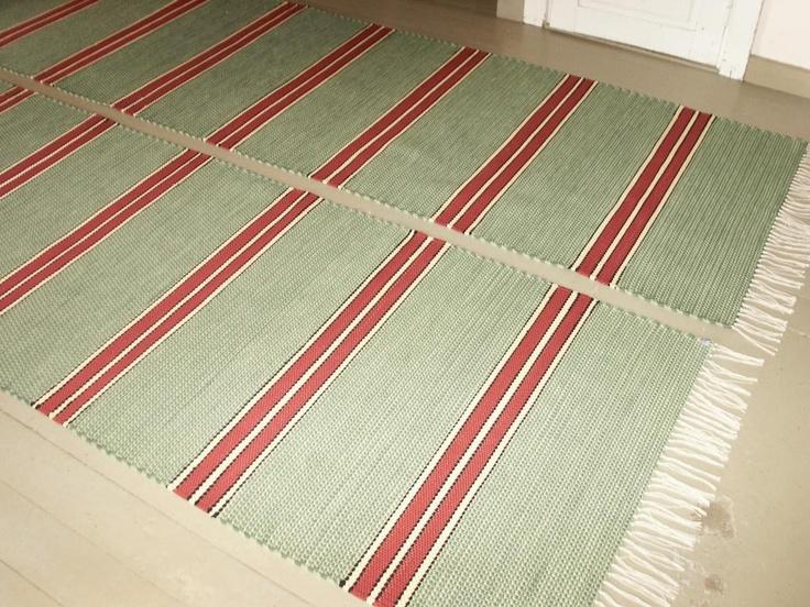 Perinteiset raitamatot. Näiden tilaustyönä valmistettujen mattojen raidoitus ja värimaailma saatiin maalaistalon tuvassa olevasta upeasti entisöidystä vanhasta kaapista. Kaappi saa matoista arvoisensa seuralaiset.  www.loruloimi.com/tilaustyot