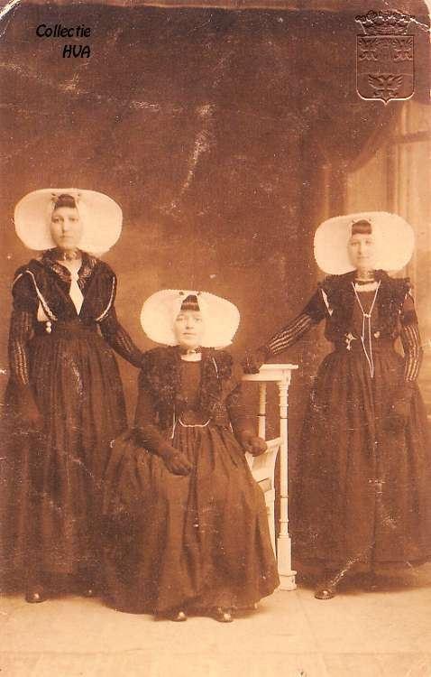 Drie vriendinnen in dracht. (1922) Ze dragen labedissen. Deze zogeheten labedissen zijn zwarte, wollen armbedekkers. Dominee Jean de Labadie vond het niet zo netjes dat vrouwen met onbedekte armen in de kerk zaten. Daarop zijn de labedissen uitgevonden, die naar hem genoemd zijn. Later werden ze gebruikt als armmoffen voor in de winter.