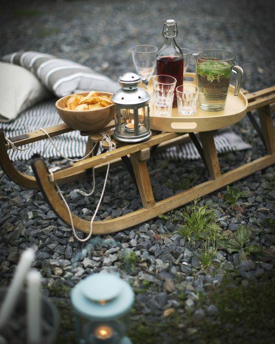 Repense un objet inhabituel, un traîneau par exemple, pour en faire une table d'extérieur.