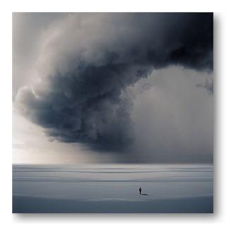"""Un hombre solitario bajo la tormenta de Philip McKay, es la imagen del blog """"Temor a Dios o Temor de Dios""""."""