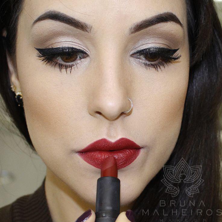 """Sempre recebo perguntas de que maquiagem usar nos olhos quando optamos por um """"bocão"""", pois bem, hoje trouxe aquela maquiagem que dá certo para QUALQUER cor de batom, principalmente os escuros. É uma maquiagem mega simples, rápida e facinha de fazer  A maioria dos produtos usados vocês encontram na Toda Beleza e rola cupom... Ver artigo"""