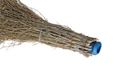 Wischbesen resp. Kehrbesen mit Bambusästen. Ideal für den Hof und die Strasse. Bei diesem Besen können Sie den Stiel aus Fichtenholz jedesmal wieder verwenden. Hierzu ist im Bambusteil bereits eine Kanüle eingearbeitet.