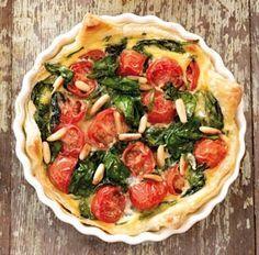 Blätterteig-Quiche mit Spinat &Tomaten Rezept: Kühlregal,Blattspinat,Zwiebel,Knoblauchzehe,Kirschtomaten,Öl,Pfeffer,Eier,Milch,Pinienkerne