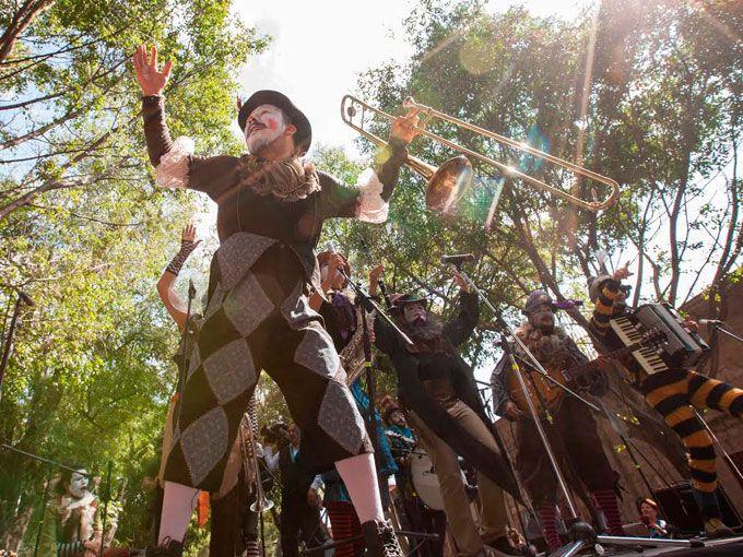 Como parte del segundo día de actividades del Festival de Música de Morelia, se presentó Zaikocirco, agrupación mexicana que desplegó un espectáculo multifácetico lleno de música, teatro, zanqueros y marionetas humanas.